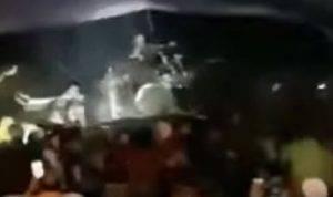 tsunami indonesia morti, video onda che travolge la folla