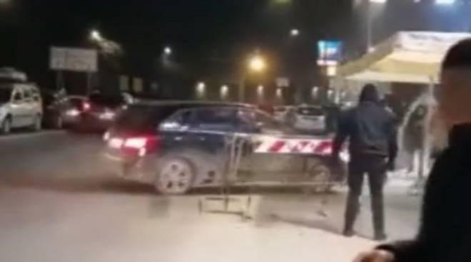 Roma, si lancia contro la folla con l'auto: è caccia all'uomo - VIDEO -