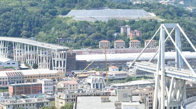 """Ponte Morandi di Genova, presidio dei 'gilet arancioni': """"Chiediamo di essere ricollocati, qui è pieno di amianto"""""""