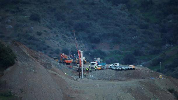 """Salvataggio di Julen, minatori a 73 metri sotto terra: """"Stanno riciclando il loro stesso ossigeno"""""""