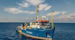 proposta scotto di perta , di andare a prendere i migranti con le barche a vela e condurli al porto di napoli