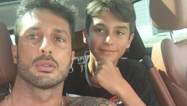 Fabrizio Corona, il figlio Carlos Maria realizza la sua linea di abbigliamento