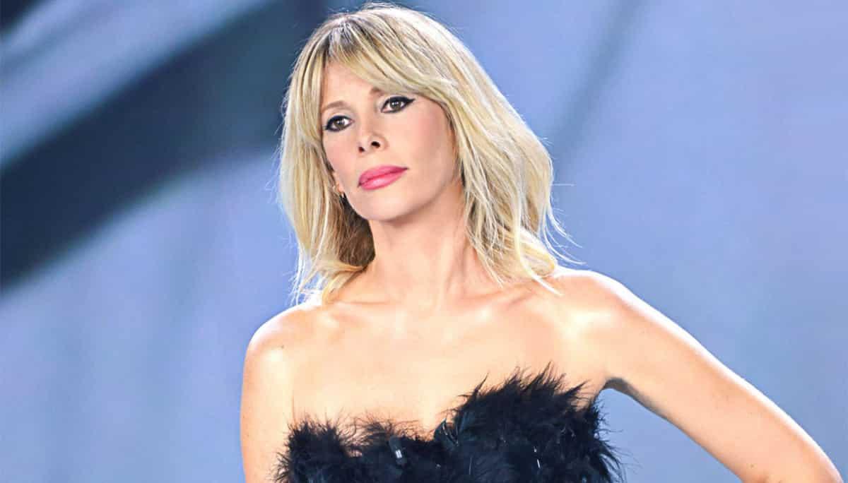 """Isola dei Famosi, Alessia Marcuzzi spiazza tutti: """"Bacio nella notte è nata una coppia"""""""