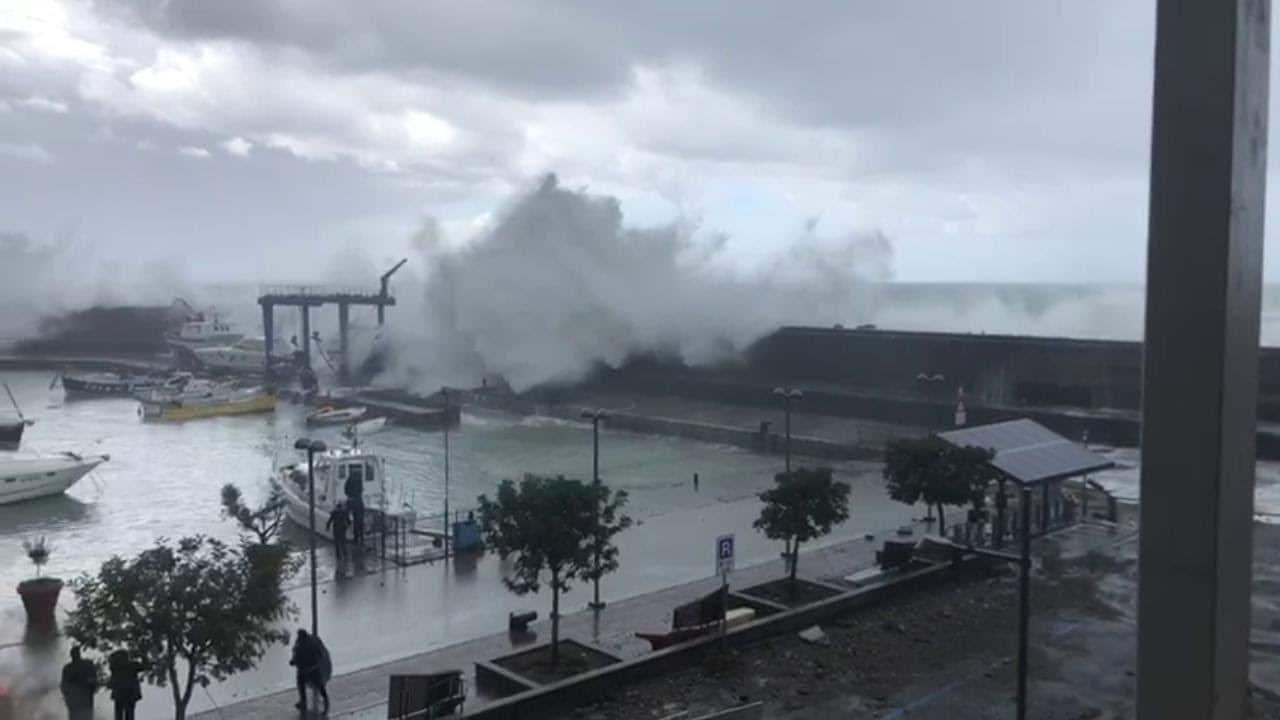 Maltempo in Italia, auto travolta da mareggiata: 3 ragazzi dispersi