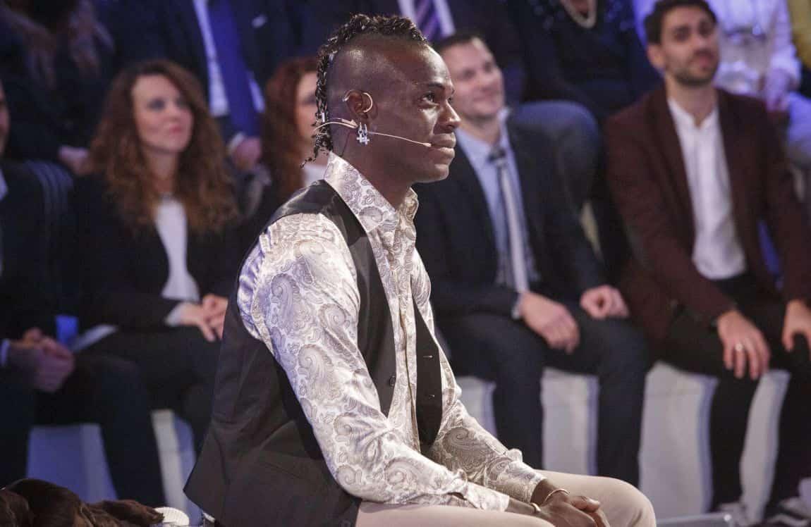 """C'è Posta per Te, Mario Balotelli 'costretto' a comprare un'auto: """"Questo guadagna 11 milioni di euro!"""""""