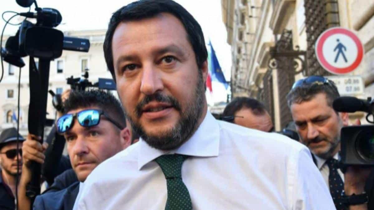 """Matteo Salvini, messaggio alla ong tedesca in rotta verso il Mediterraneo: """"Non avvicinatevi all'Italia, cambiate rotta"""""""
