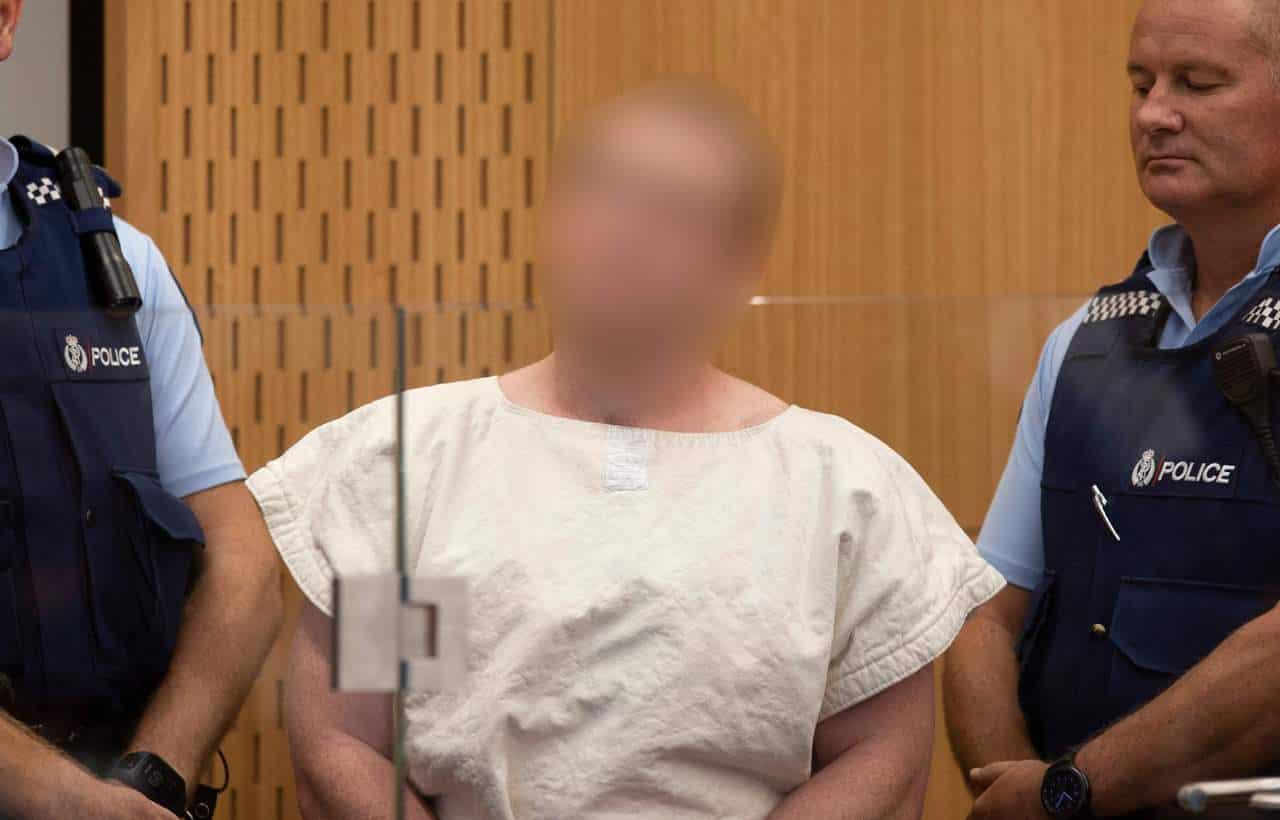 Attentato in Nuova Zelanda, la beffa di Brenton Tarrant: sorrisi e gesti ai giornalisti