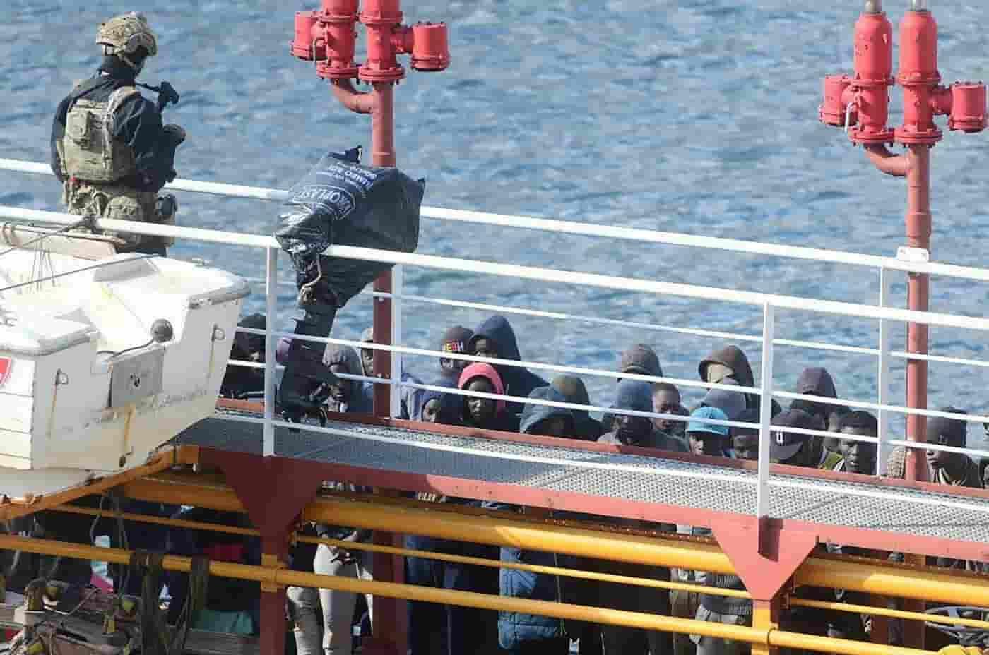 Mercantile dirottato dai migranti