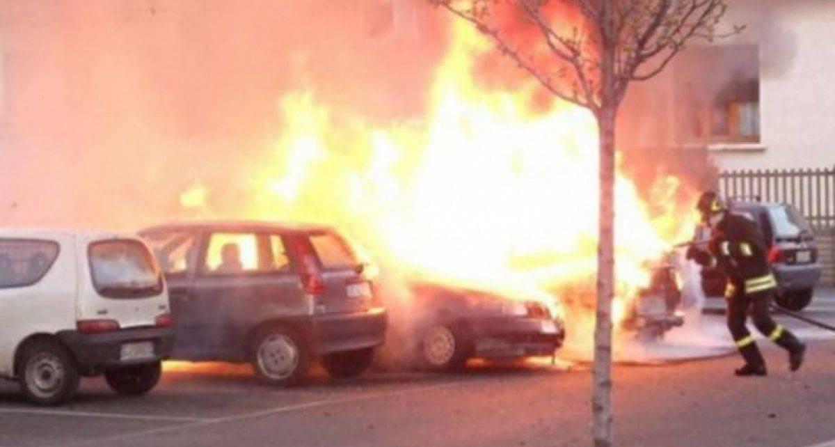 Reggio Calabria, brucia viva l'ex moglie davanti a un liceo: è caccia all'uomo