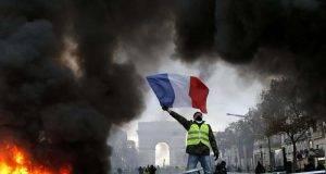 "Gilet Gialli, Francia in ginocchio tra fuoco e saccheggi. Macron: ""Adesso basta"""