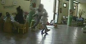 Maestra picchia bambini