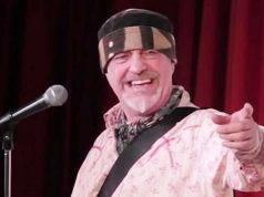 comico muore dutante uno spettacolo comico, il pubblico crede faccia parte dello spettacolo
