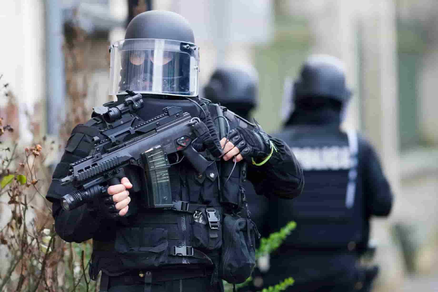 Lourdes, ex militare barricato in casa con due ostaggi: è armato