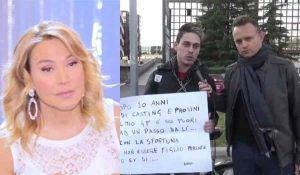Protesta dopo il Grande fratello e si incatena ai cancelli di cinecitta contro Barbara D'Urso
