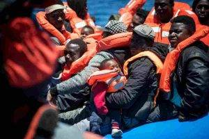 barca affondata con migranti nel mediterraneo, tra i morti due bambine