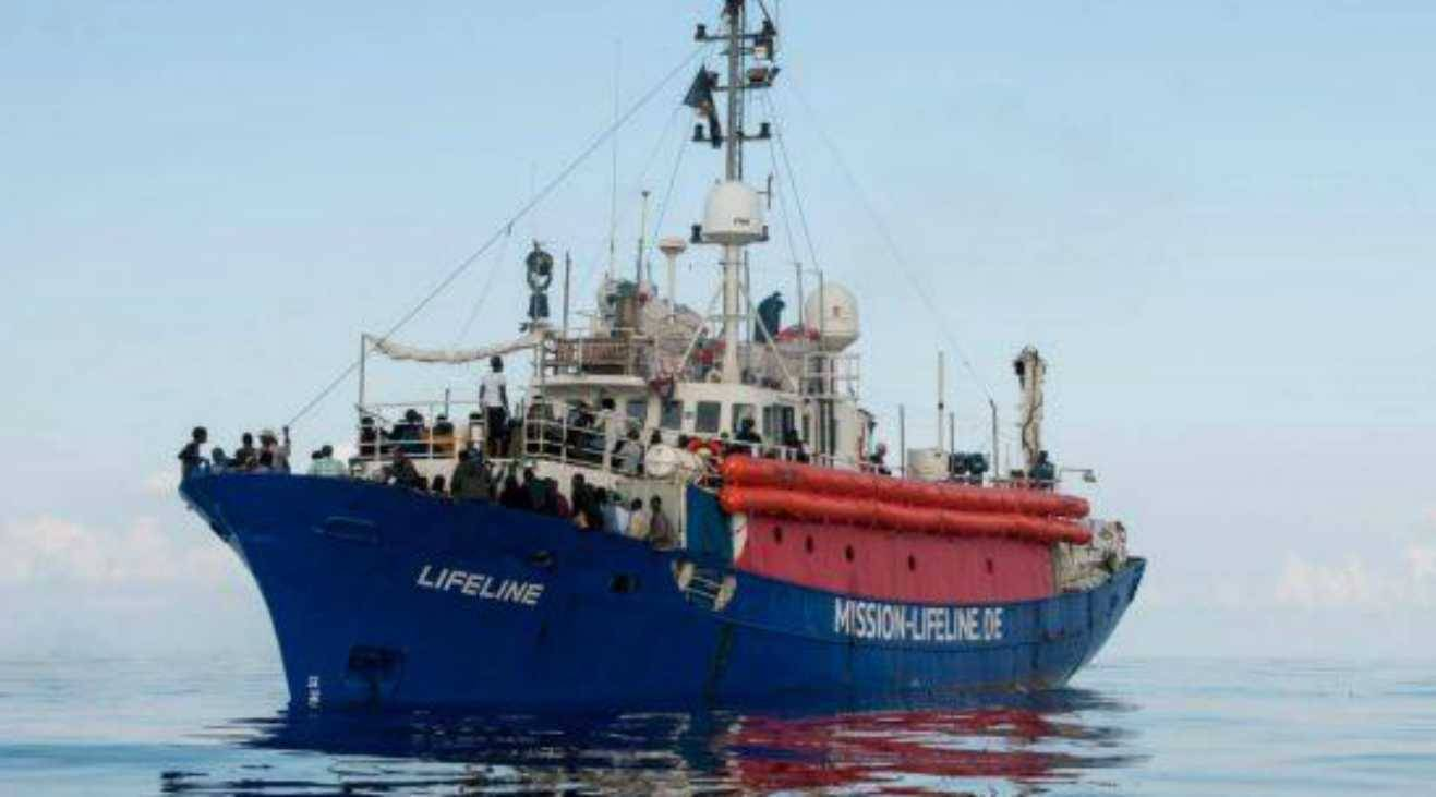 Migranti, Salvini firma il divieto d'ingresso per nave Eleonore