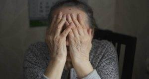 Nipote picchia violentemente la nonna