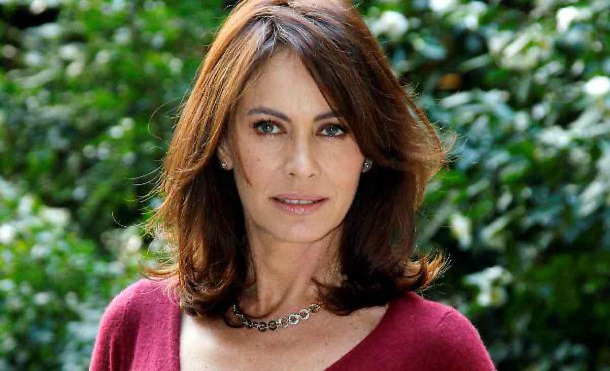 Elena Sofia Ricci irriconoscibile, via i capelli