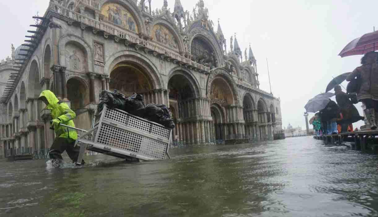 Venezia, Basilica di San Marco danneggiata dall'acqua alta 187 cm: anziano morto fulminato