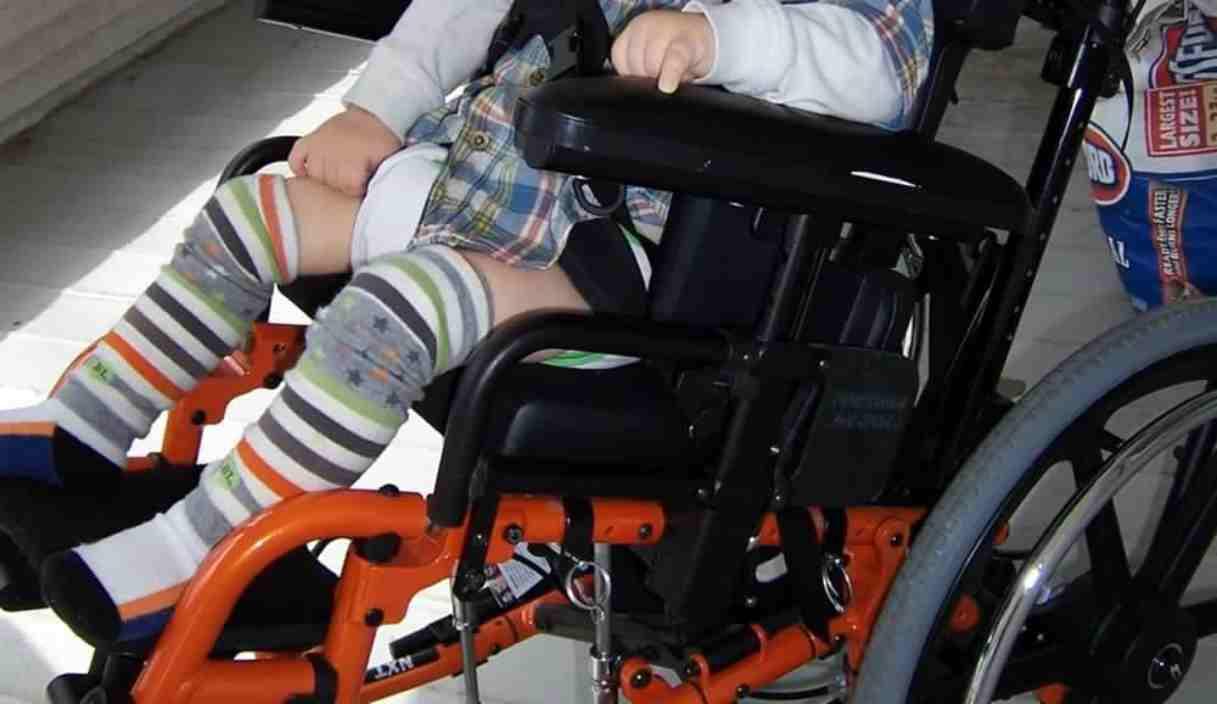 Madre tenta di ammazzare il figlio disabile: la badante lo salva dalla furia della donna