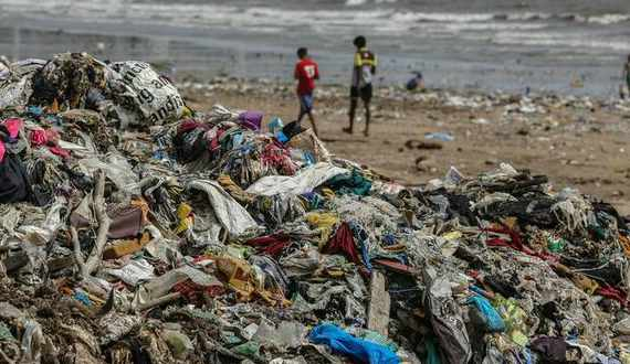 Sudafrica, le spiagge invase dalla plastica e dai rifiuti