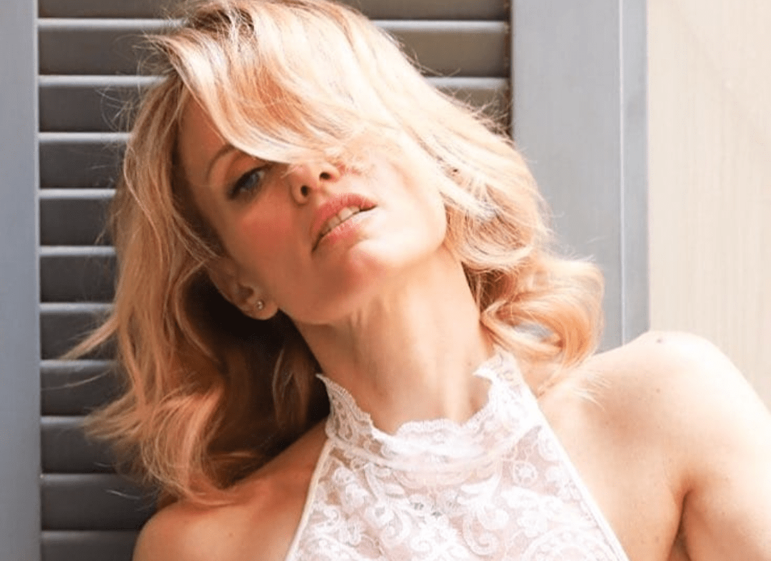 Il vestito si alza, i glutei senza slip fuoriescono: Justine Mattera ...