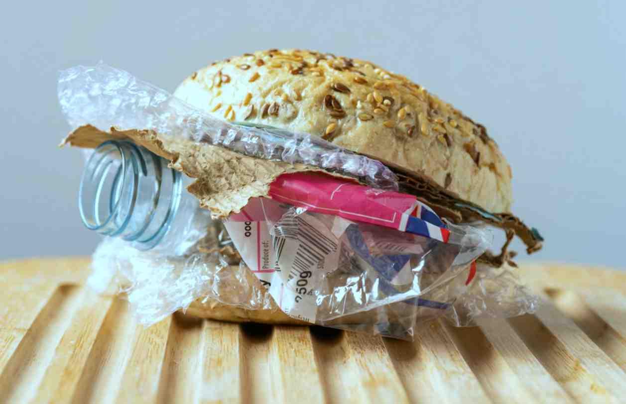"""Plastica, quanta """"ne mangeremo"""" quest'anno? I dati sono preoccupanti"""