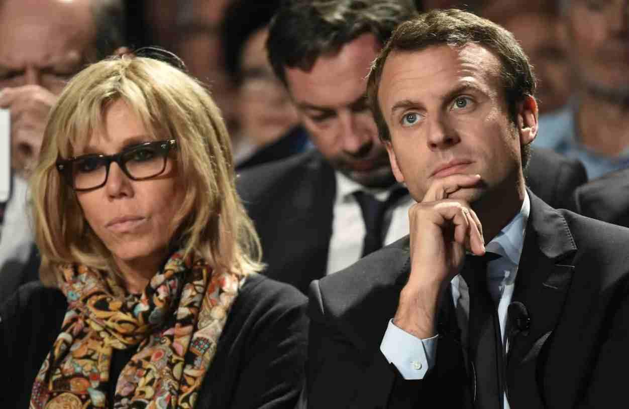 Parigi, contestazione dei militanti contro Macron e la moglie: tensione fuori dal teatro