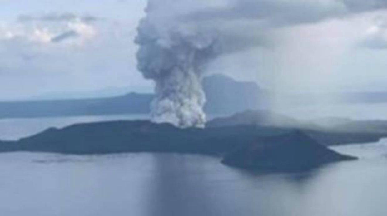 Filippine, la furia del vulcano Taal: evacuazioni tra lava e fulmini