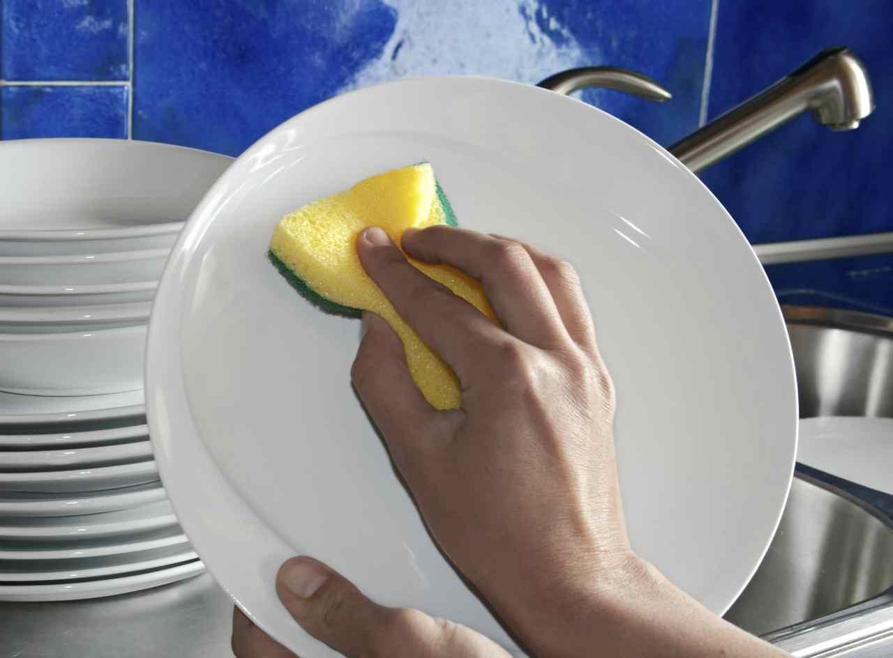 Lavare i piatti in modo naturale? È possibile! Ecco qualche segreto per rispettare l'ambiente e igienizzare le stoviglie.