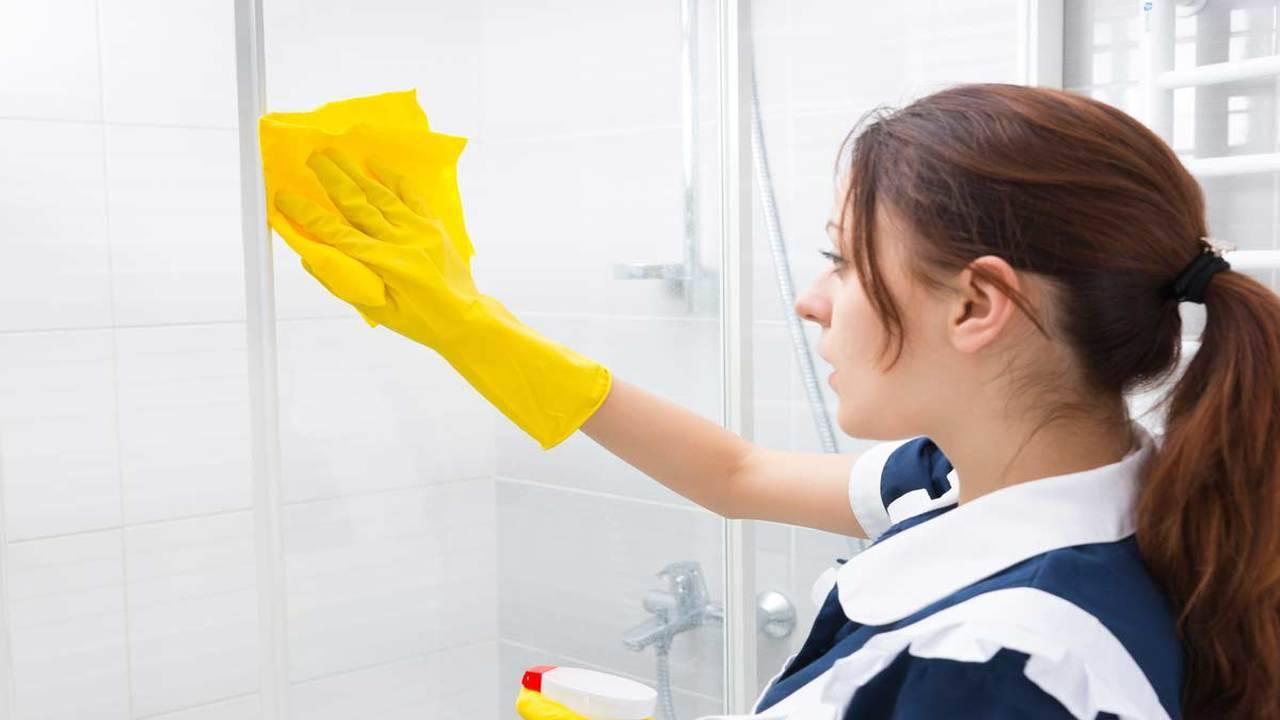 Pulire I Vetri Con Aceto come pulire il vetro della doccia? non è mai stato così facile