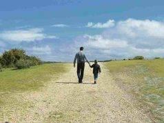genitore passeggia con figlio