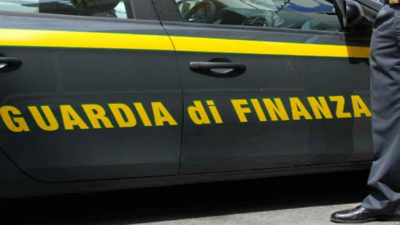 Guardia di Finanza, maxi blitz per giro di mazzette: 10 persone in manette