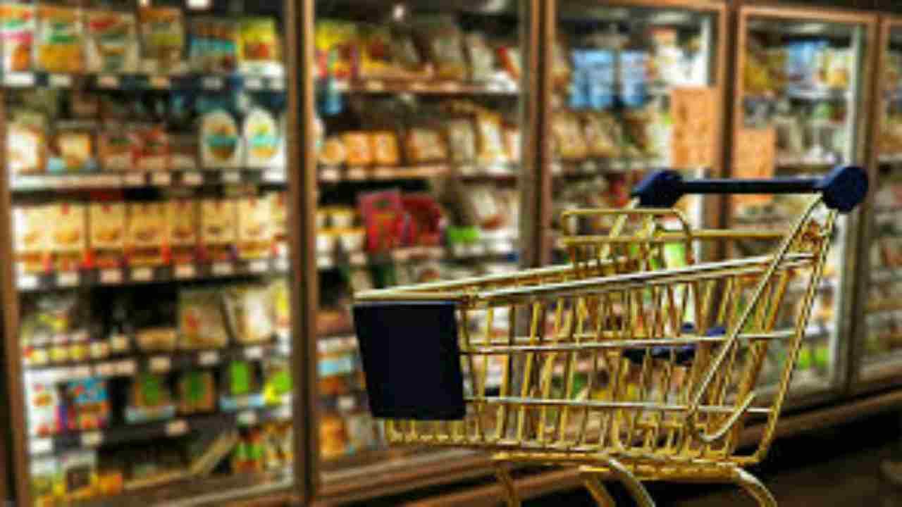 Anziano accoltellato al supermercato: scattano le manette per una donna