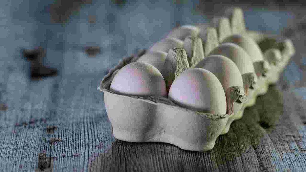 Uovo crudo nel vaso