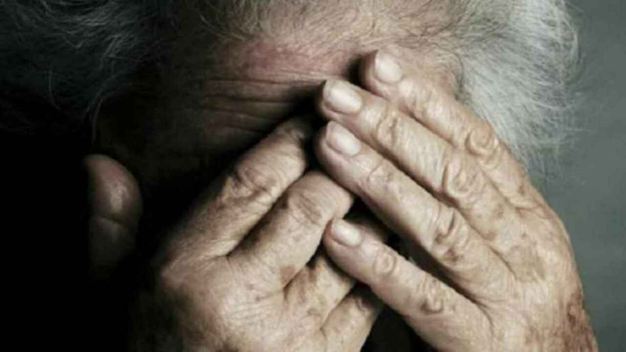 Insultava e picchiava la madre 70enne costringendola a mendicare in un centro commerciale
