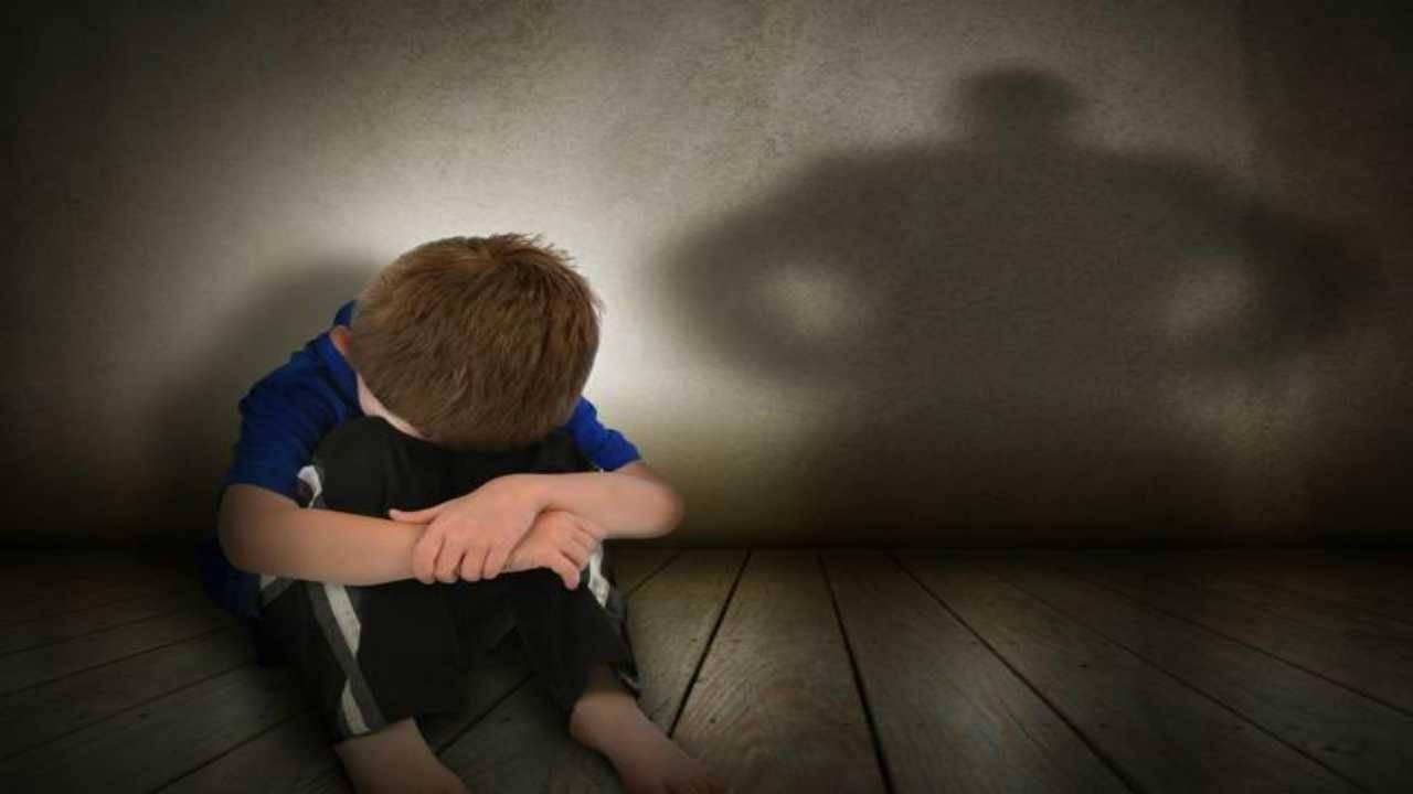 Tenta di uccidere il figlio autistico di 12 anni: il padre denuncia la madre