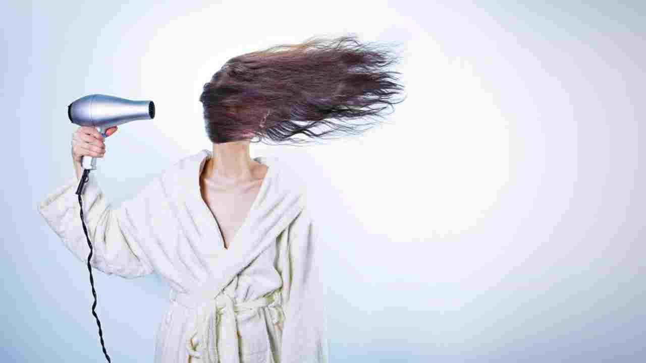 Asciugare i capelli in estate: le tecniche per evitare ...