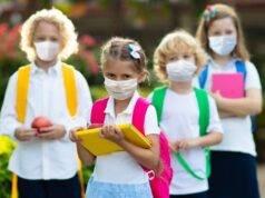 bambini a scuola con mascherina
