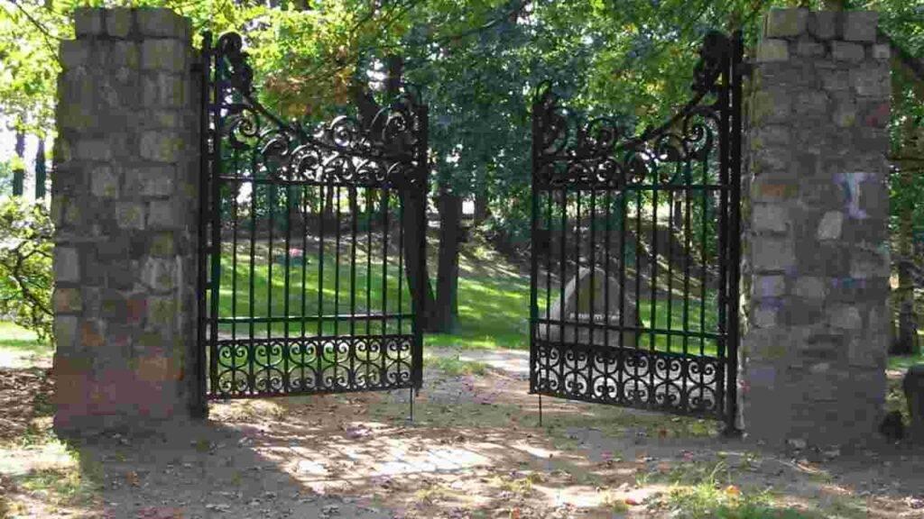 bimbo travolto cancello