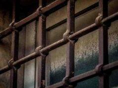 Abusato dal patrigno ora in carcere: il ragazzo deve pagare i suoi debiti