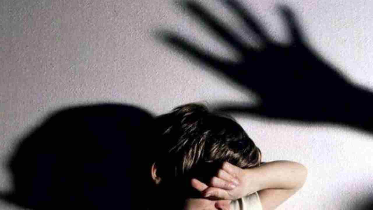 Lancia la bambina contro l'auto dell'ex: arrestata madre di 23 anni