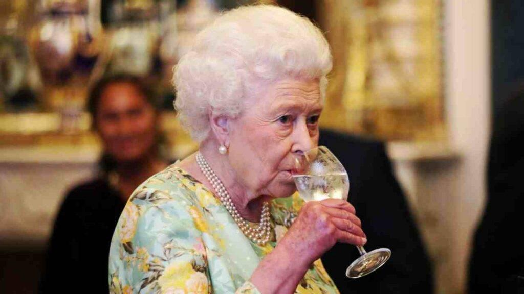 La regina Elisabetta beve gin