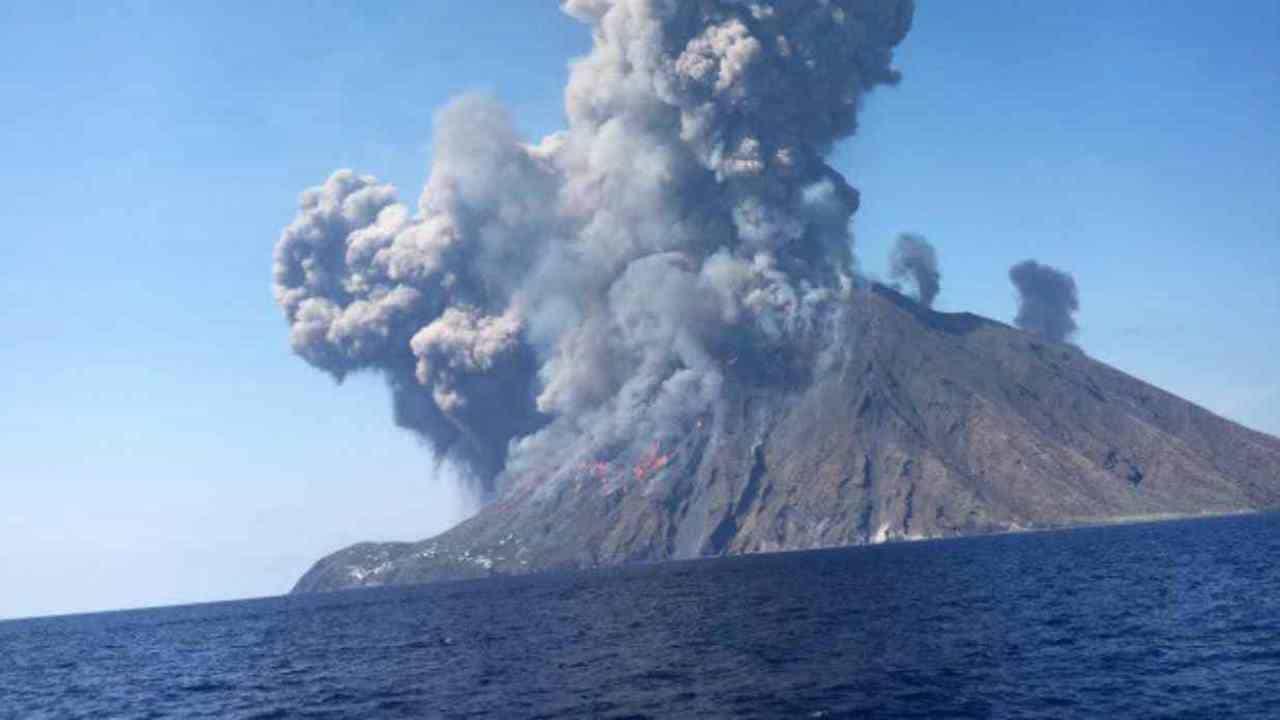 Stromboli: due forti esplosioni all'alba, paura nell'isola