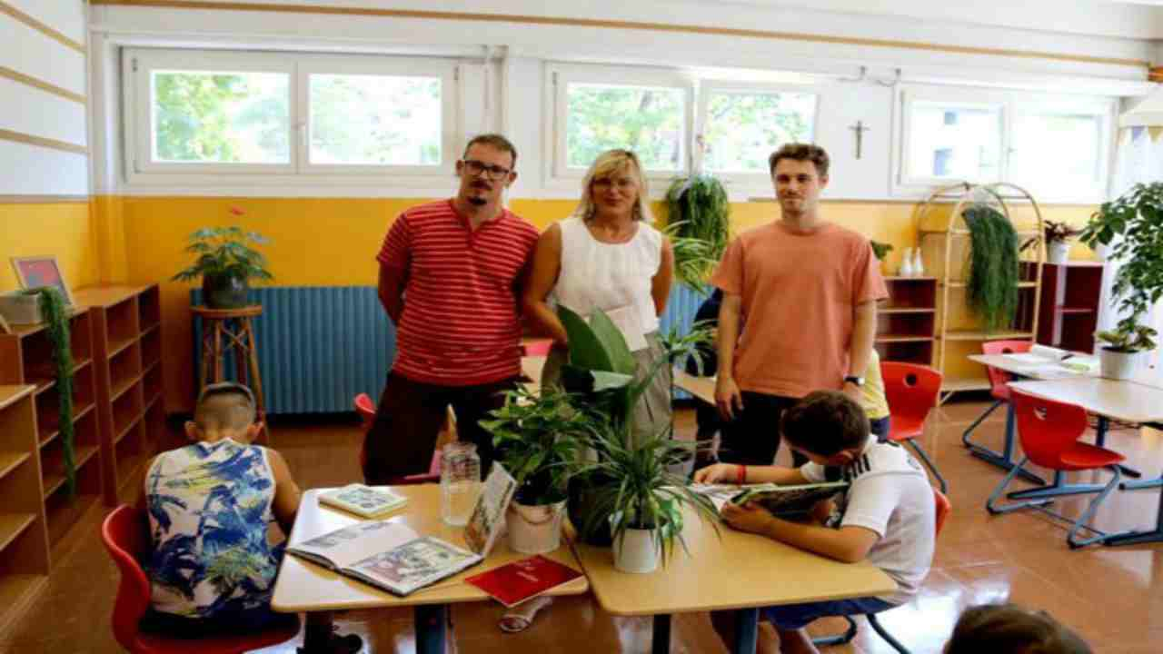studenti distanziati piante
