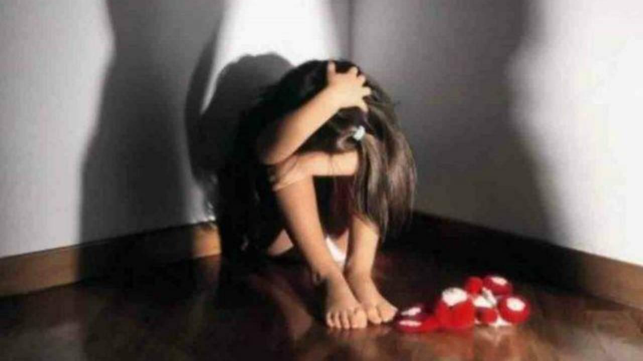 Abusi su figlia, mamma arrestata