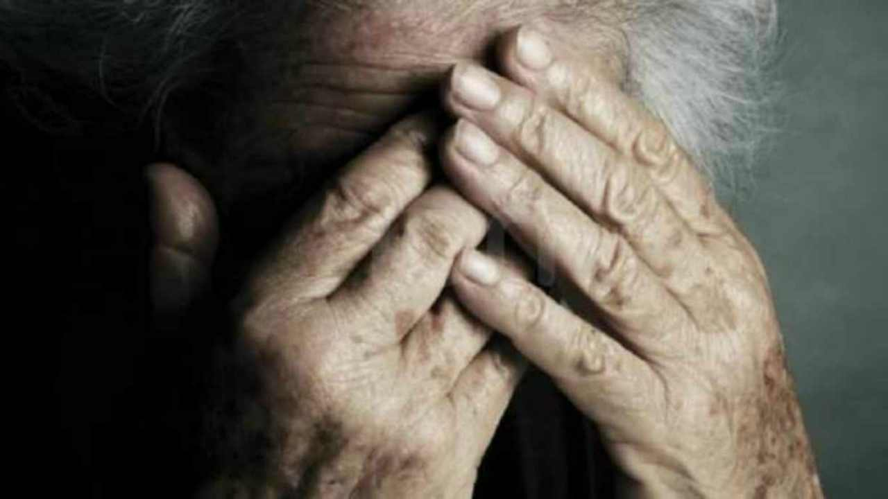 violenta e rapina un'anziana