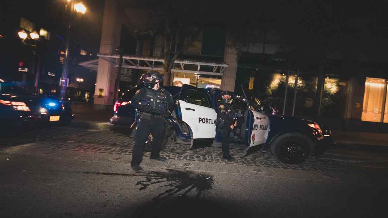afromaricano morto per asfissia incappucciato dalla polizia