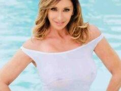 Sabrina Salerno esce dall'acqua