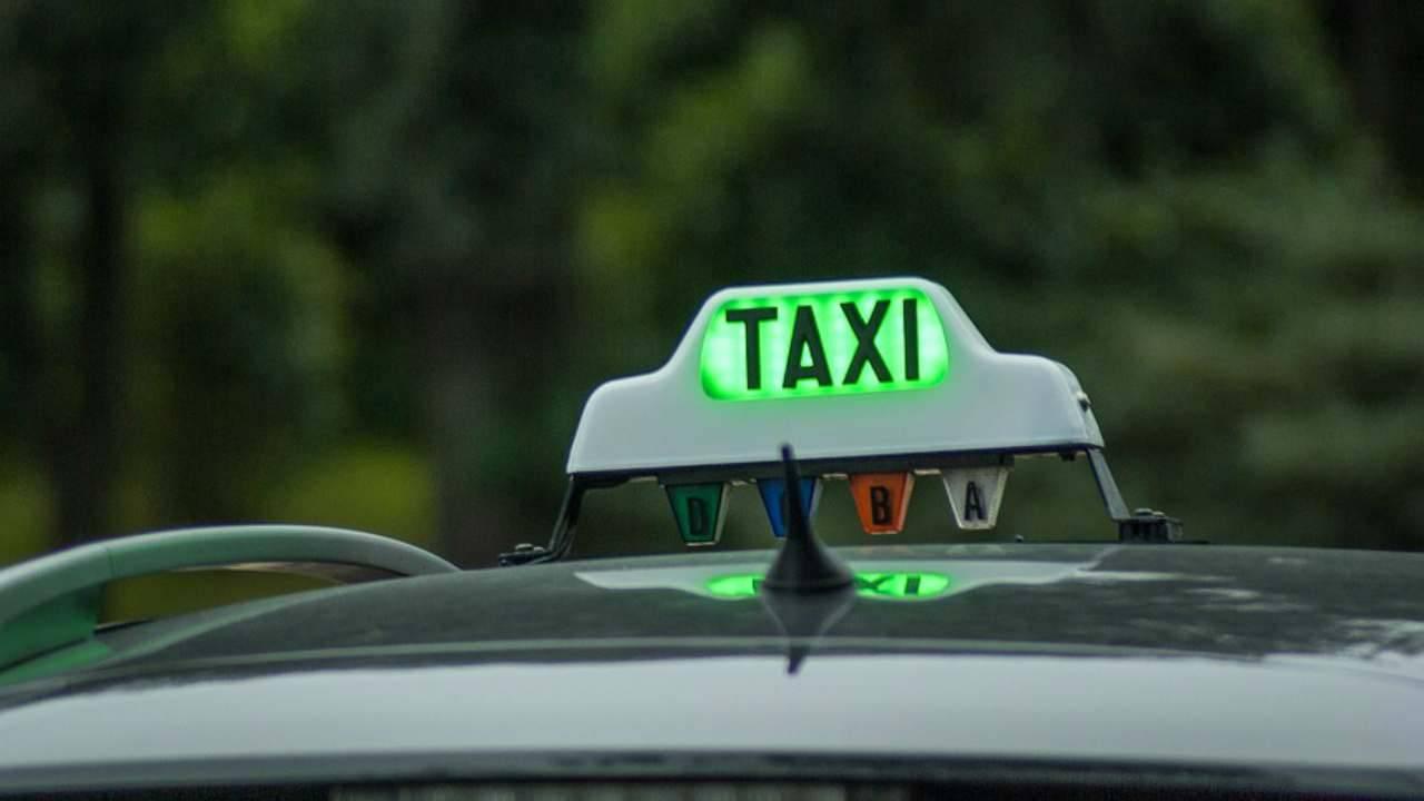Roma, tassista abusa di clienti